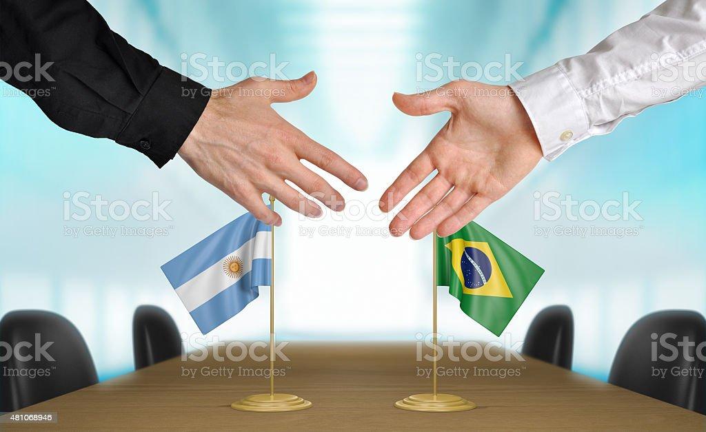 Argentina y Brasil diplomáticos acordar una oferta - foto de stock