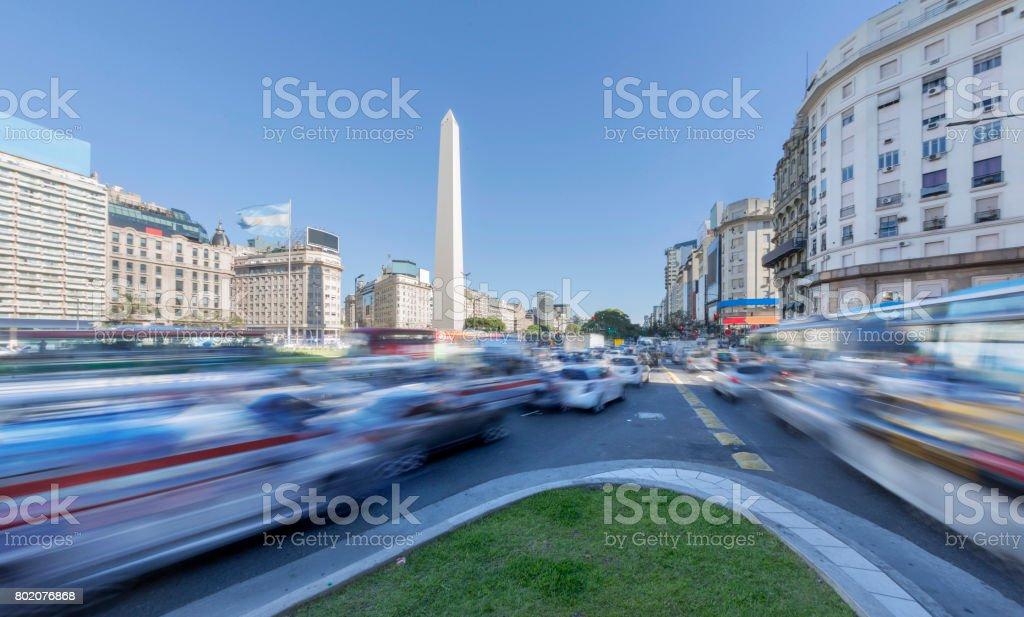 Argentina Buenos Aires centro com obelisco na hora do rush - foto de acervo