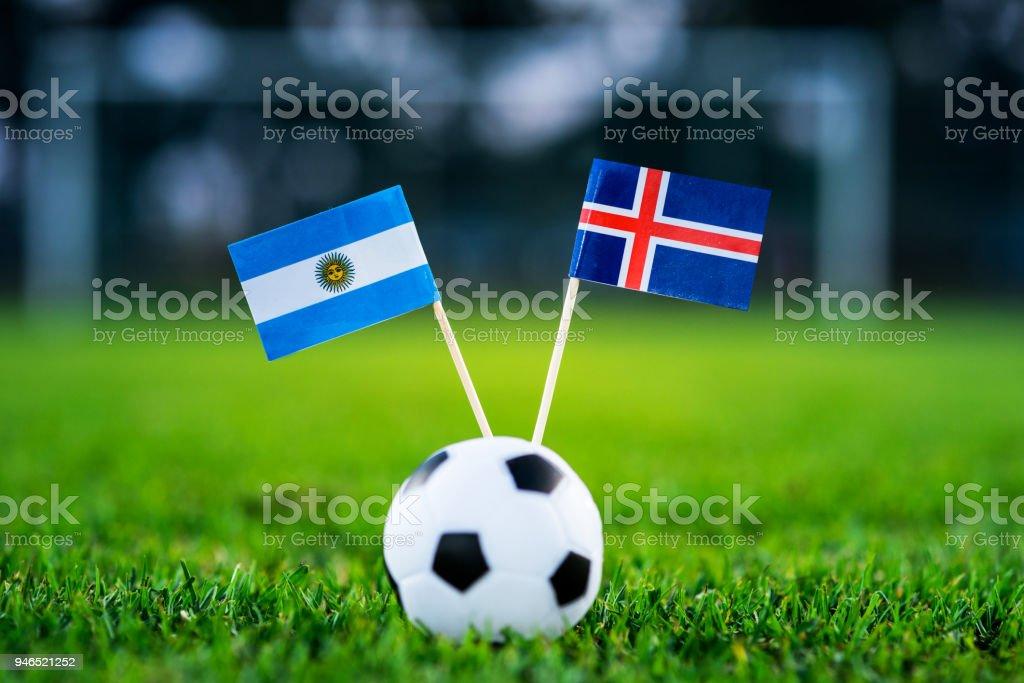 Argentina - Islândia, Grupo D, sábado, 16. Junho, futebol, Copa do mundo, Rússia 2018, bandeiras nacionais na grama verde, branco bola de futebol no chão. foto royalty-free