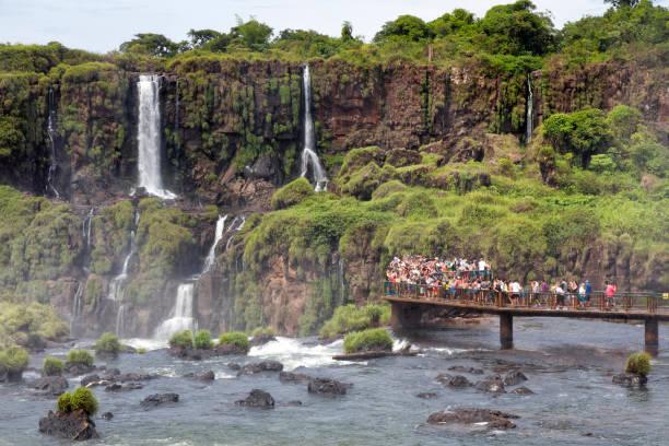 Argentinien Iguazu Wasserfälle mit Besuchern – Foto