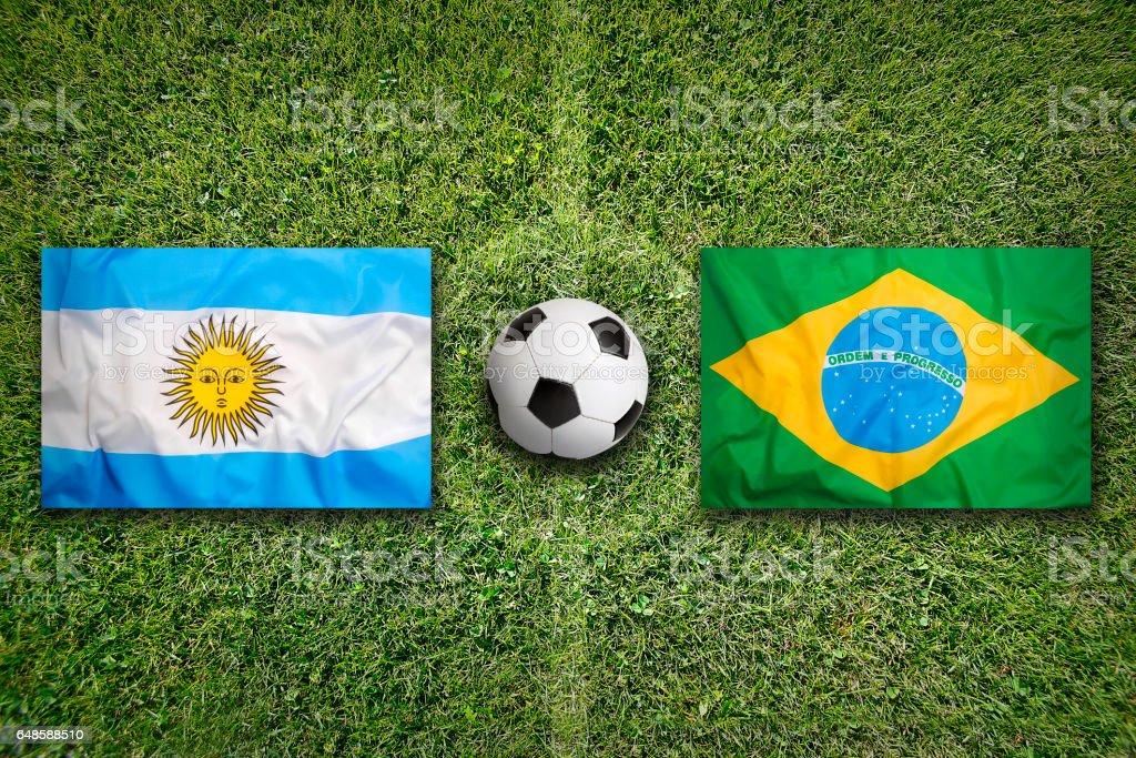 Banderas de Argentina vs Brasil en el campo de fútbol - foto de stock
