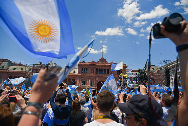 argentine people wave flags in front of the government house - freistaat stock-fotos und bilder