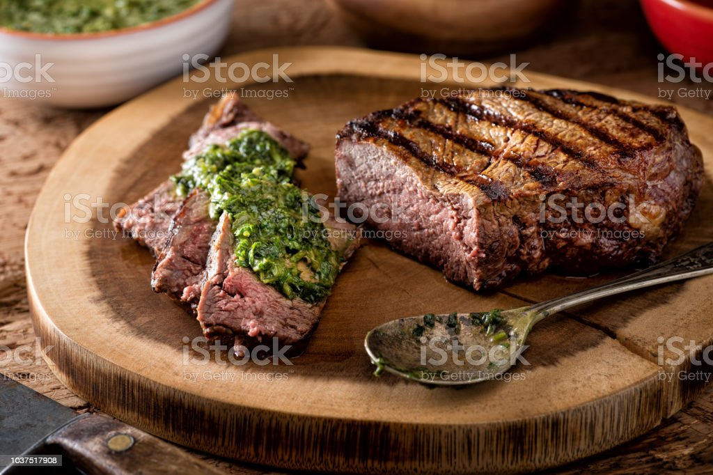 Carne estilo argentino con Salsa Chimichurri - foto de stock
