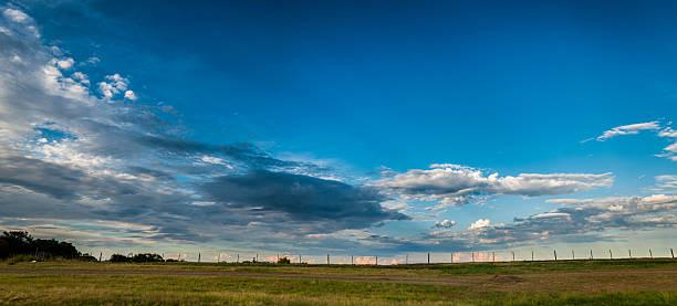 Argentino presentó con nubes y valla - foto de stock