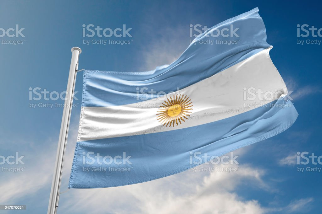 Bandera Argentina está agitando contra el cielo azul - foto de stock