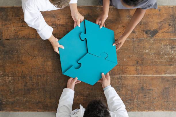 ariel ansicht von menschen halten puzzle pieces stockfoto - autismus stock-fotos und bilder