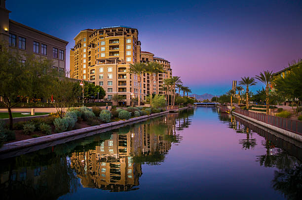 arizona canal running throgh scottsdale, az, usa - altstadt stock-fotos und bilder