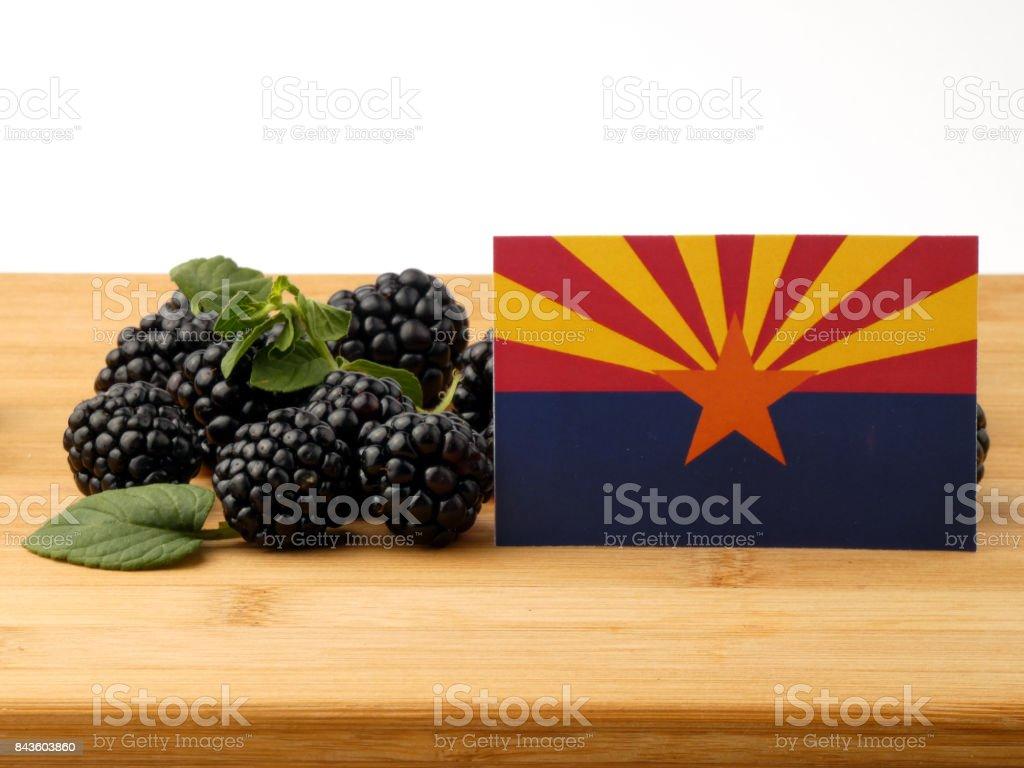 Bandeira do Arizona em um painel de madeira com amoras isolado em um fundo branco - foto de acervo