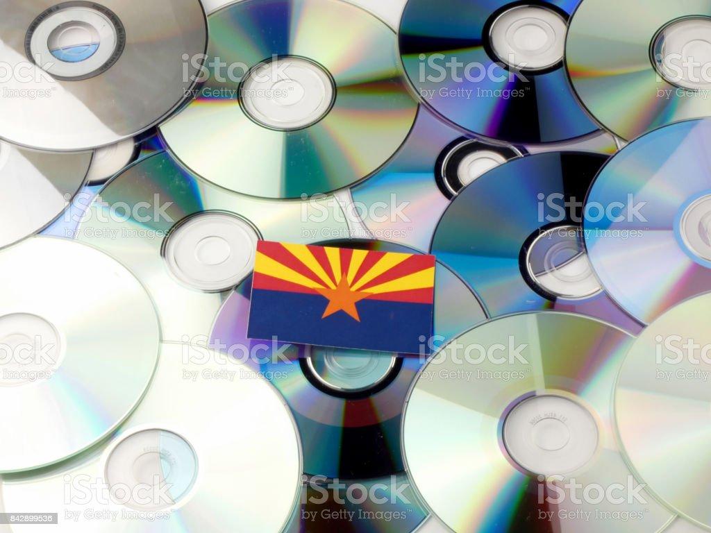 Bandeira do Arizona no topo da pilha de CD e DVD isolada no branco - foto de acervo