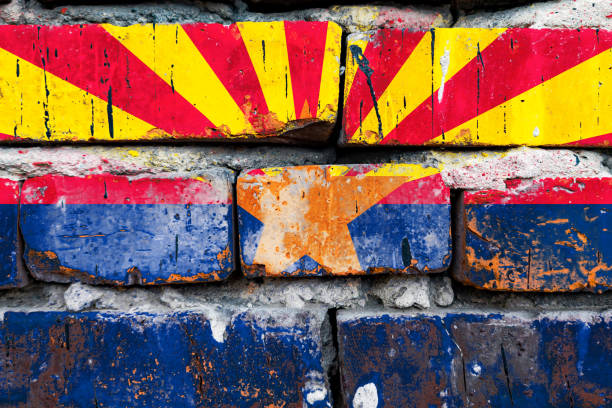 亞利桑那的碎石,損壞,劃傷,舊式美國國旗磚牆。圖像檔