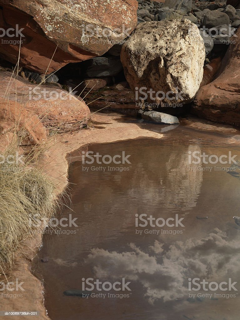 USA, Arizona, Sedona, Cloud reflecting on lake royalty free stockfoto