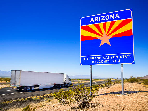 arizona state line highway sign - 18 wheeler (semi-truck) - arizona highway signs stockfoto's en -beelden