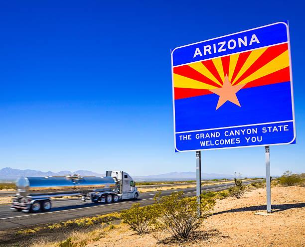 arizona state line welcome highway sign - fuel tanker - arizona highway signs stockfoto's en -beelden