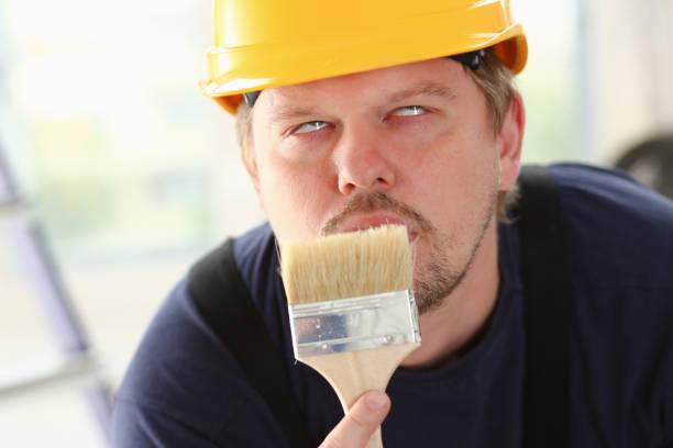 Arm der lächelnde Arbeiter halten Bürste – Foto