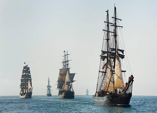 armada der große schiffe segeln am morgen - versandrolle stock-fotos und bilder