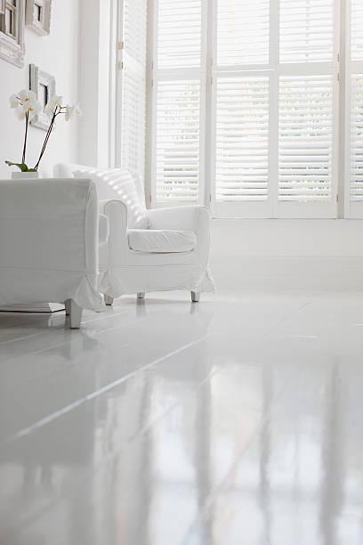 Poltrona in elegante salotto bianco - foto stock