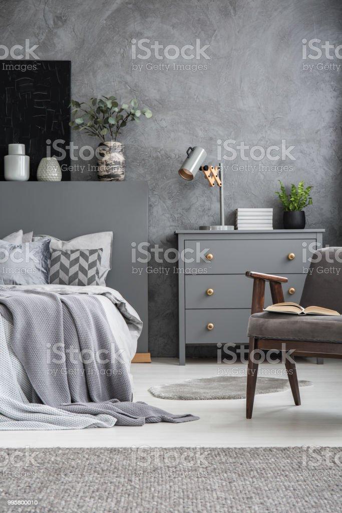 Sessel Neben Bett Innen Grau Schlafzimmer Mit Schrank Gegen ...