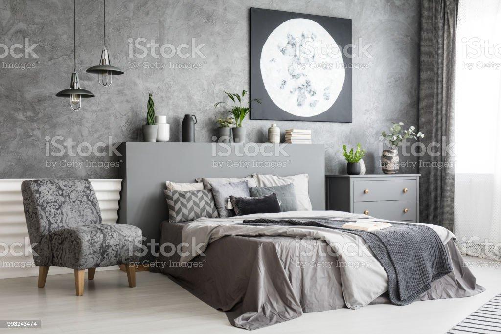 Sessel Neben Bett In Grau Schlafzimmer Innenraum Mit Mond Poster Auf ...