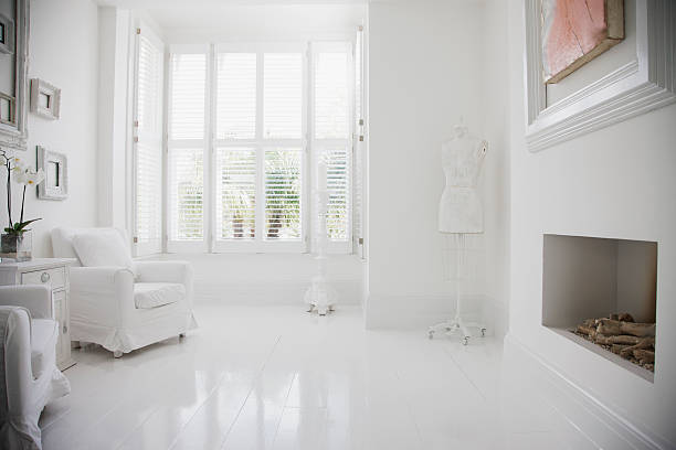 Fauteuils et cheminée dans la salle de séjour élégante, Blanc - Photo