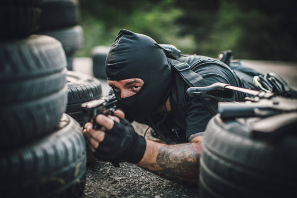 bewaffneter mann versteckt - wächter tattoo stock-fotos und bilder