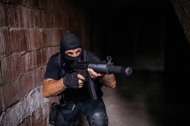 militärische mann mit einem gewehr bewaffnet - wächter tattoo stock-fotos und bilder