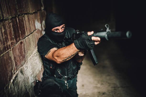 bewaffneter mann des militärs - wächter tattoo stock-fotos und bilder