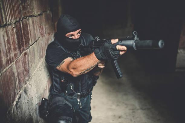 soldat mit einem gewehr bewaffnet - wächter tattoo stock-fotos und bilder
