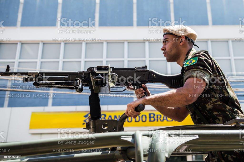 Soldado armado na frente do Banco do Brasil (banco do Brasil) de construção - foto de acervo