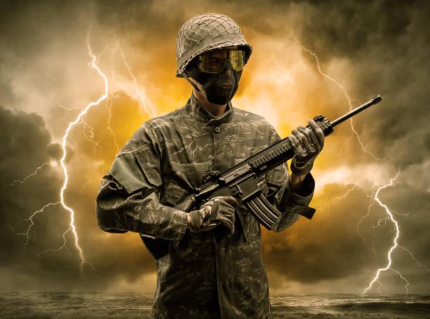 bewaffneter soldat steht bei undurchsichtigem wetter - zorn tod und regen stock-fotos und bilder