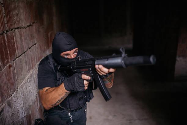 bewaffnete soldaten mit einem gewehr - wächter tattoo stock-fotos und bilder