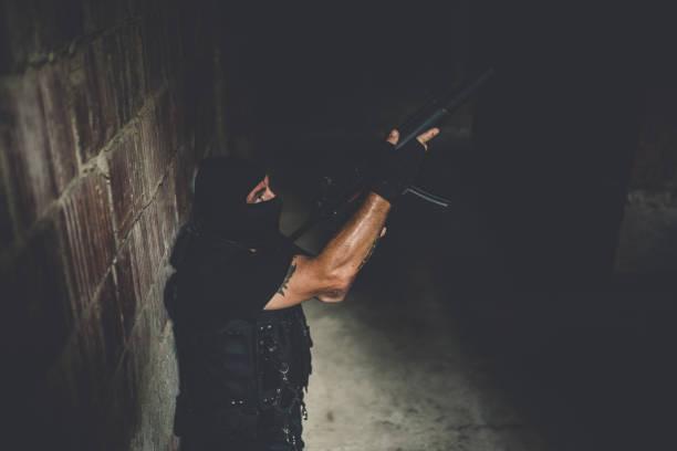 bewaffnete polizei-spezialeinheit mann - wächter tattoo stock-fotos und bilder