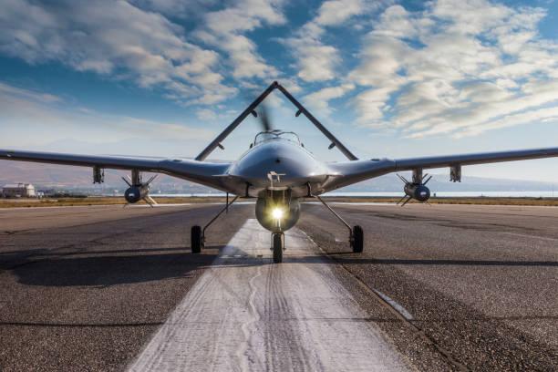 Bewaffnetes unbemanntes Luftfahrzeug auf Landebahn – Foto