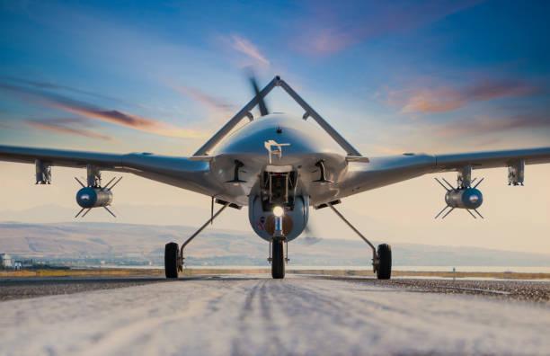 gewapende onbemande luchtvoertuig op landingsbaan - vanuit een drone gezien stockfoto's en -beelden