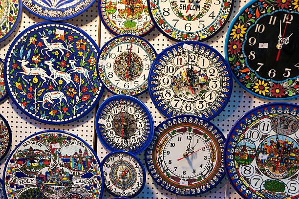 armenian ceramics clocks for sale at jerusalem old city market. - uhrenshop stock-fotos und bilder