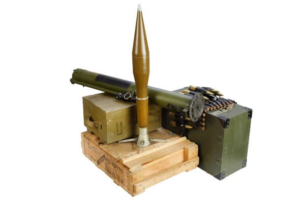 caja de ejército de munición con granadas propulsadas por cohetes - foto de stock