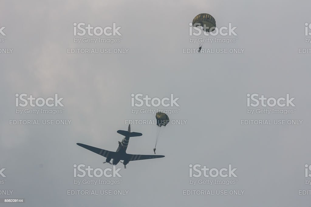 Arnhem, Nederland sep 20, 2014: Parachutisten springen van een C-47 Skytrain foto