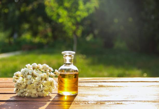 エッセンシャル オイルの芳香と白い花。 ストックフォト