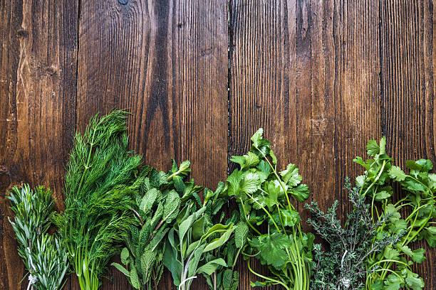 aromatischen kräutern und gewürzen aus garten - thymian trocknen stock-fotos und bilder