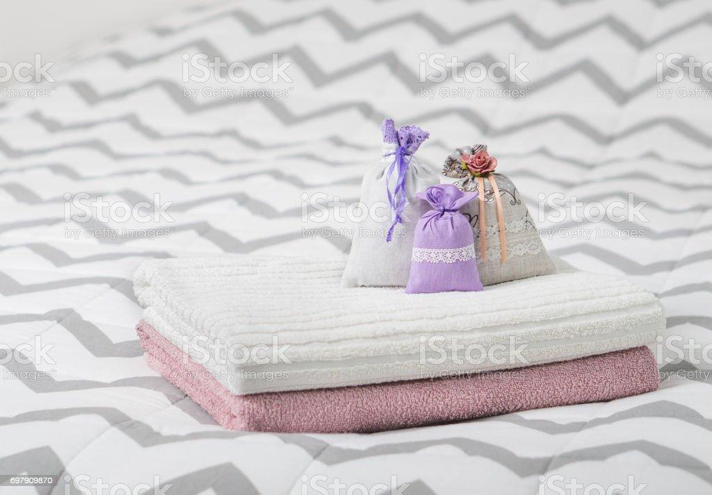 Aromatisches Potpourri Auf Bett Legen Drei Lavendel Duft Taschen Auf ...
