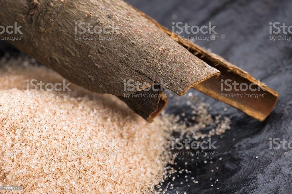 Spezie aromatiche con zucchero di canna, cannella foto stock royalty-free