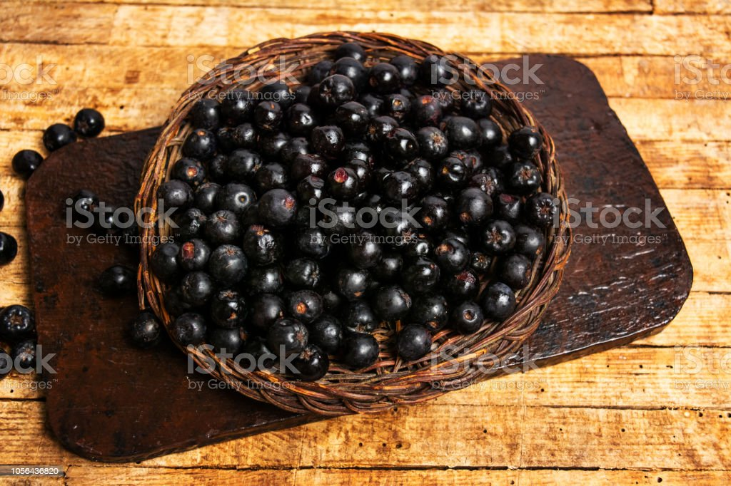 Aronia berries in a wooden box top view – zdjęcie