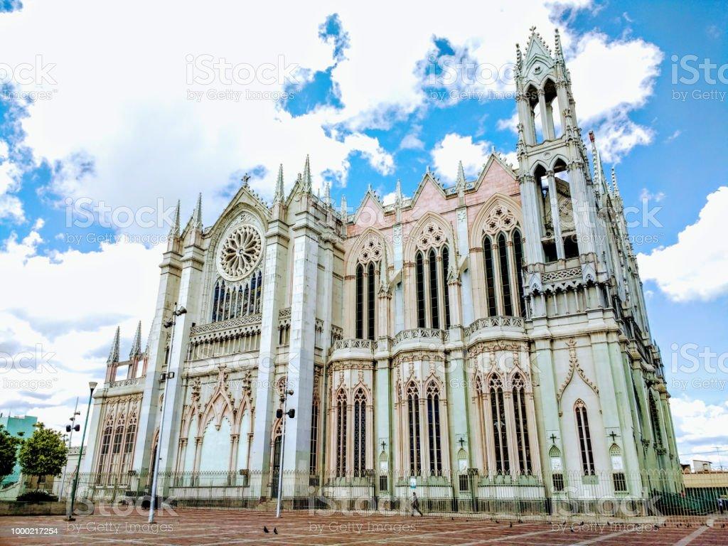 Arquitectura de una iglesia / templo de día con cielo nublado stock photo
