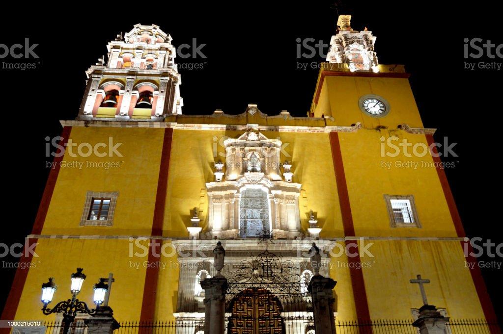 Arquitectura del exterior de una iglesia / templo de noche stock photo