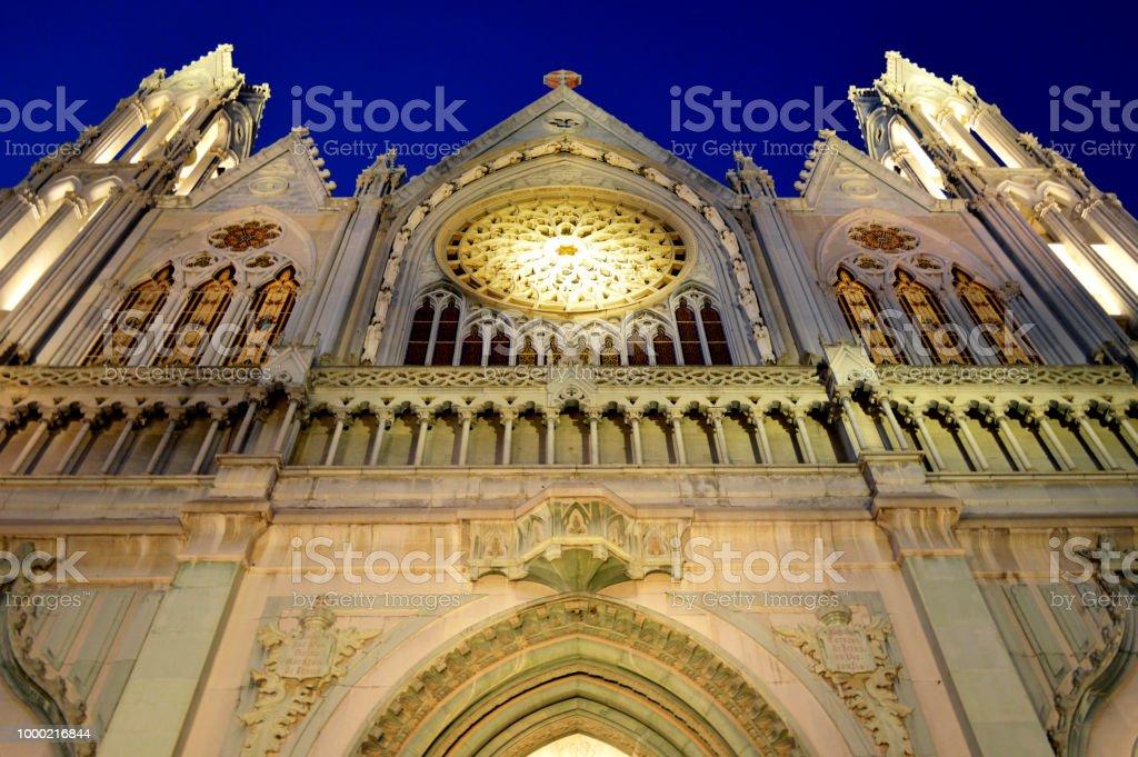 Arquitectura del exterior de una iglesia / templo iluminada por la noche stock photo