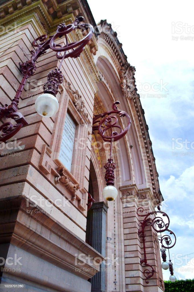 Arquitectura exterior de un edificio por la ciudad stock photo