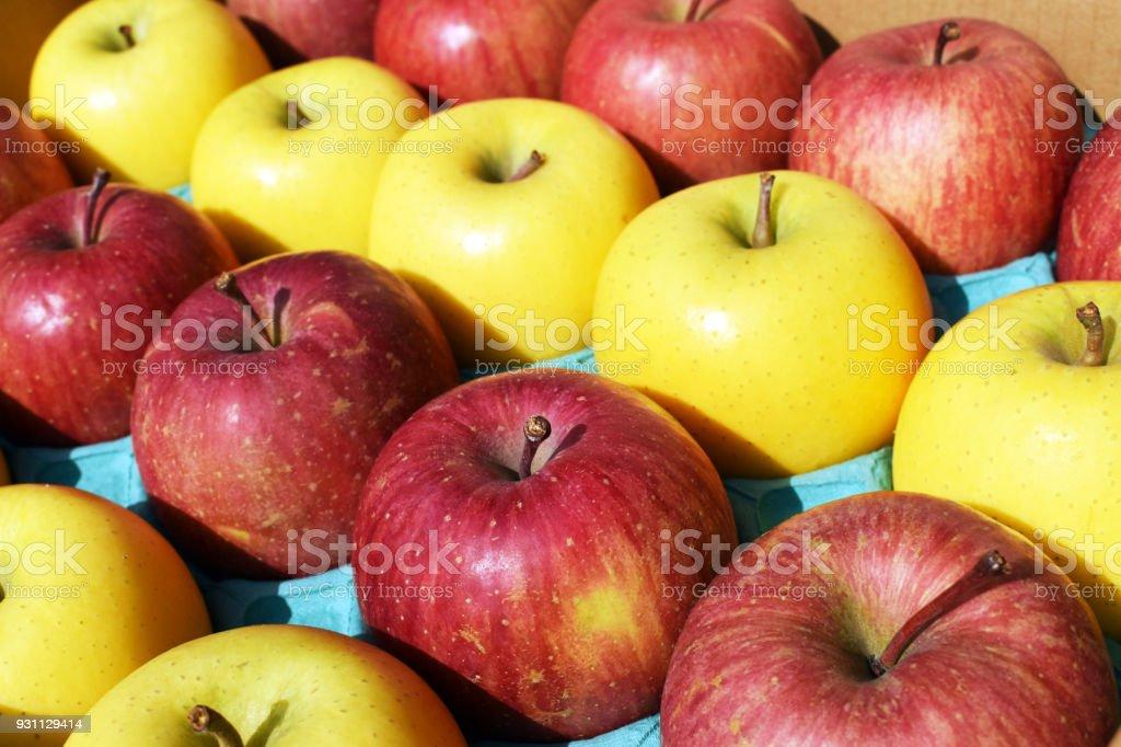Kırmızı ve sarı elma kutusunda düzenlenmiş - Royalty-free Altın - Metal Stok görsel