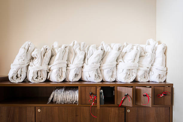 Arrangiert weiße Bademäntel auf Schrank – Foto