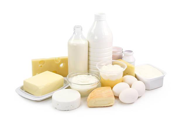 arrangement of milk, eggs, and other dairy items - 奶類產品 個照片及圖片檔