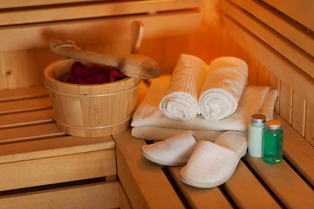 arrangement des health spa ausstattung - saunazubehör stock-fotos und bilder