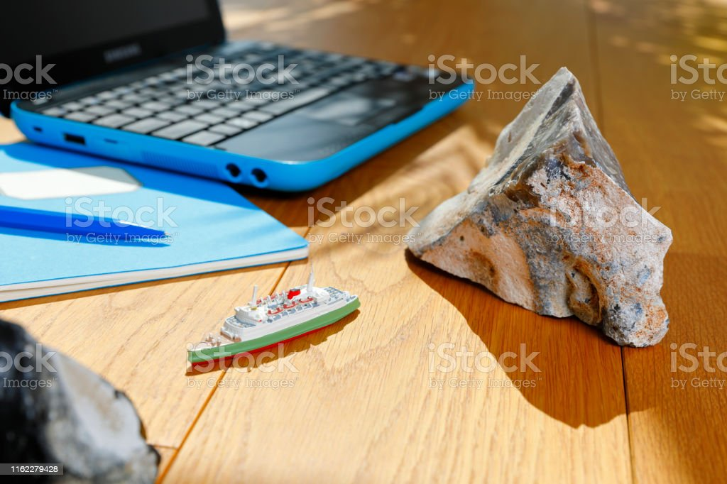 Planning a cruise on parquet floor with a miniature model and a laptop